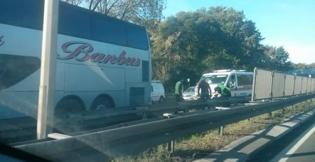 Bolničko vozilo udarilo u autobus, povređena pacijentkinja